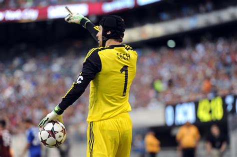 Arsenal sign Chelsea goalkeeper Petr Cech, says report